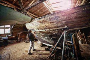 Das Werk der Hände: Bootsbauerin in der Bootswerft Freest (Foto: TMV/pocha.de)