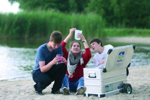 Jugendliche entdecken die OstseeKiste am Strand (DJH MV/Danny Gohlke)