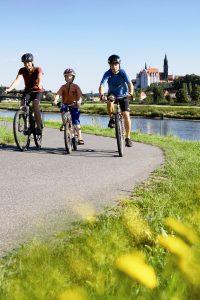 Bild: Radelnde Familie auf dem Elberadweg (Tourist-Information Meißen)